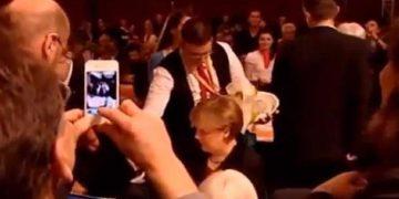 Derrame de Cerveza sobre Angela Merkel