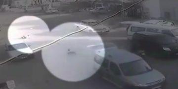 Niños caen de auto en movimiento