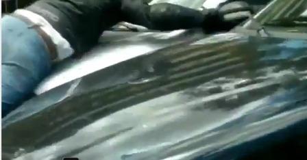 mujer arrola motociclista