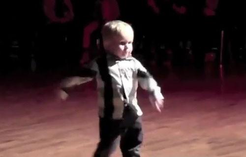 niño baila cancion de Elvis Presley