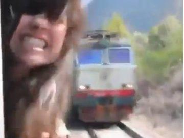 asoma cabeza por el tren y se salva de milagro