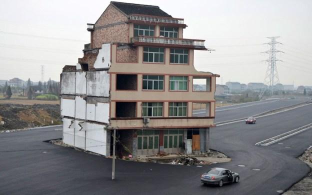 Casa en medio de carretera