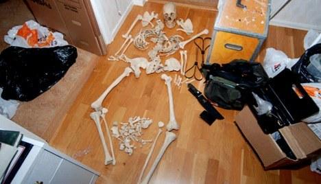 Tiene relaciones intimas con un esqueleto