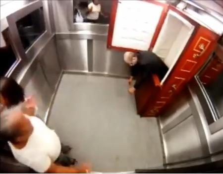 Broma en ascensor