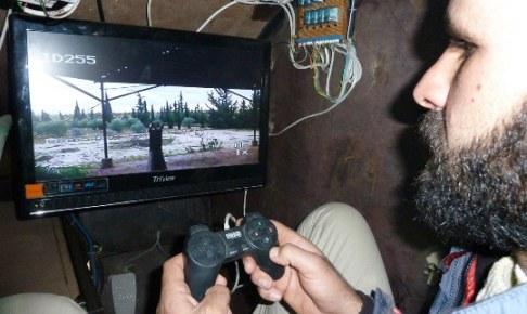 Rebeldes Sirios manejan tanque con control de PlayStation
