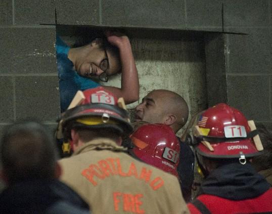 Mujer queda atrapada entre dos edificios