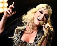 Kesha toca el piano con sus pechos