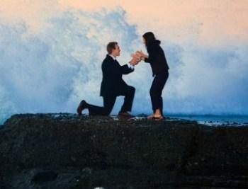 Romántica propuesta de casamiento es frustrada por una gran ola