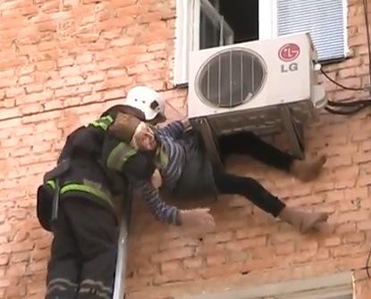 Anciana cae de la ventana y queda atrapara en el aire acondicionado