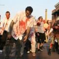 Escapa de zombis que lo perseguían y provoca un accidente múltiple