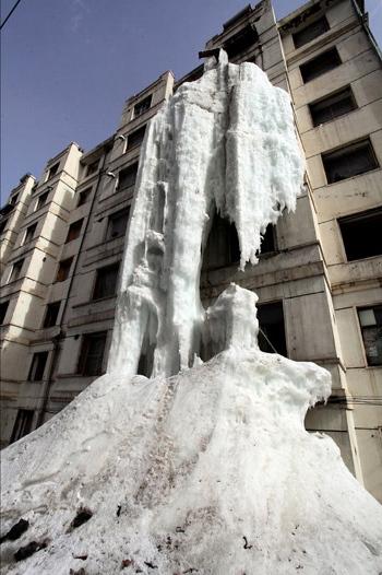 Deja abierta la llave de agua y crea una cascada de hielo gigante