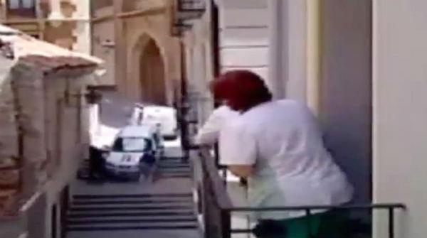 Auto cae por escalera