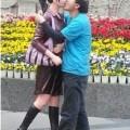 Hombre chino se  enamoró de dos estatuas de tamaño natural