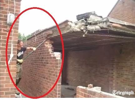 Intentaba demoler el garaje de su casa y se derrumba sobre él