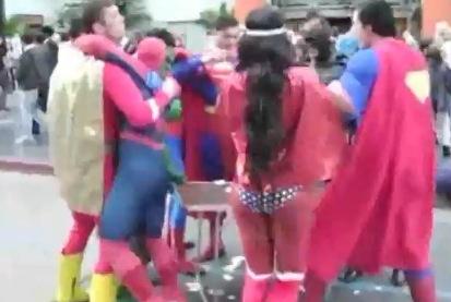 El hombre Araña y dos Capitán América se pelean