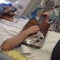 insolito-toca-la-guitarra-durante