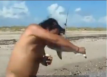 Lo muerde un tiburon