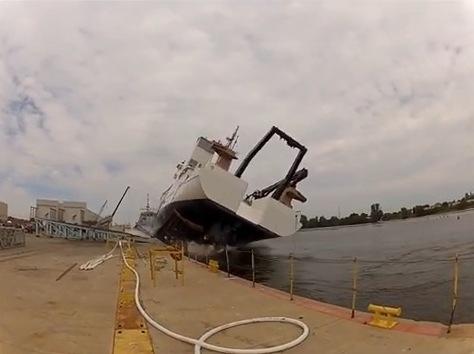 barco se cae al agua