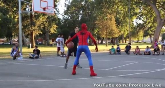hombre araña juega baloncesto