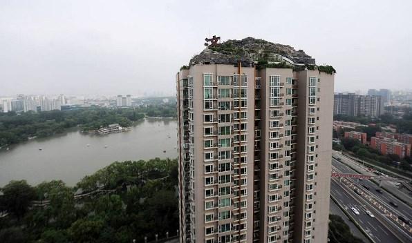 Montaña sobre edificio