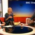 Presentadora de la BBC no puede contener la risa