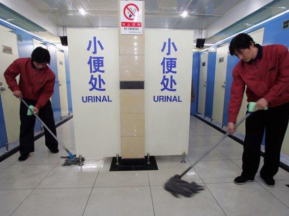 Multas por orinar fuera del inodoro en China