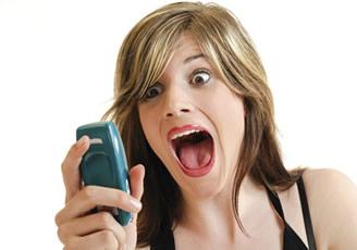 Se cae al agua por estar distraída mirando Facebook en su celular