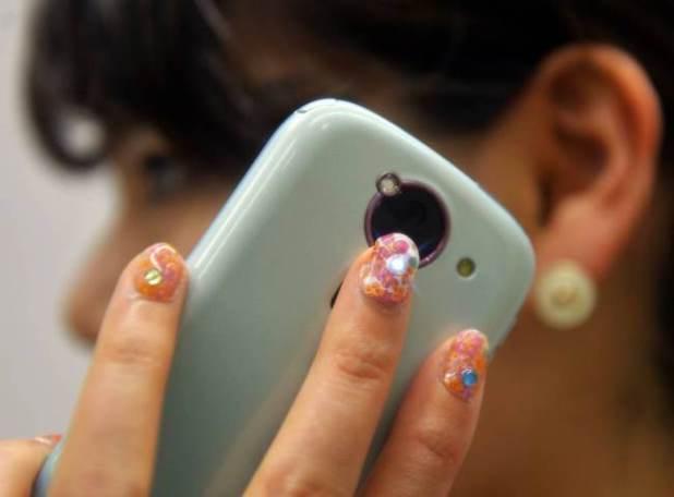 Uñas Led se iluminan con el celular