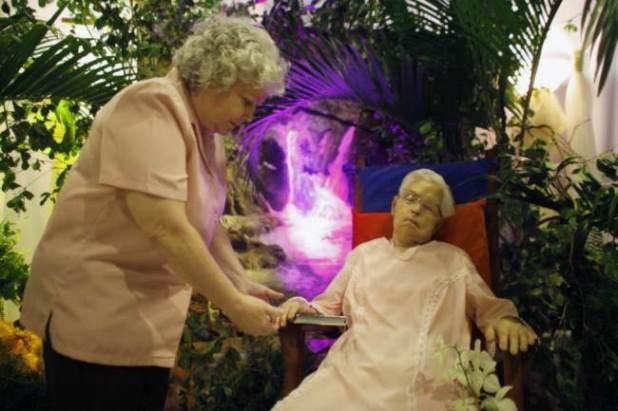 Velan Anciana en un sillon