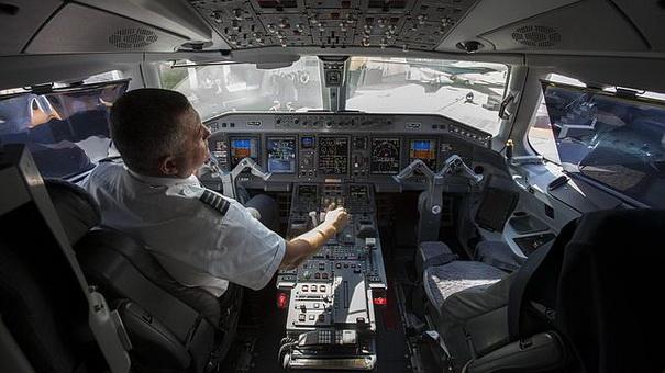 piloto pierde brazo ortopedico