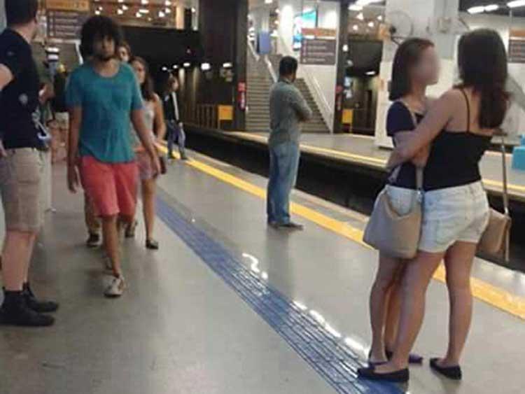 chicas en el metro-02