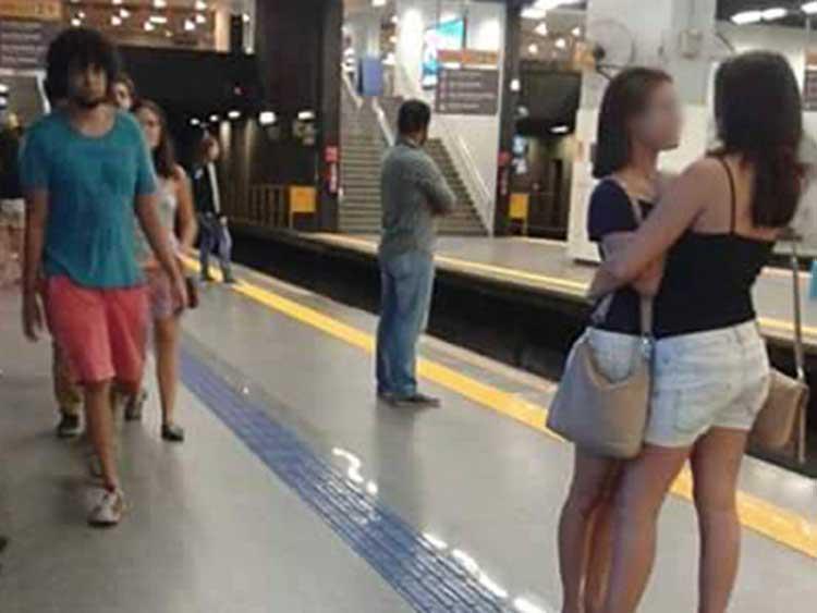 chicas en el metro-03