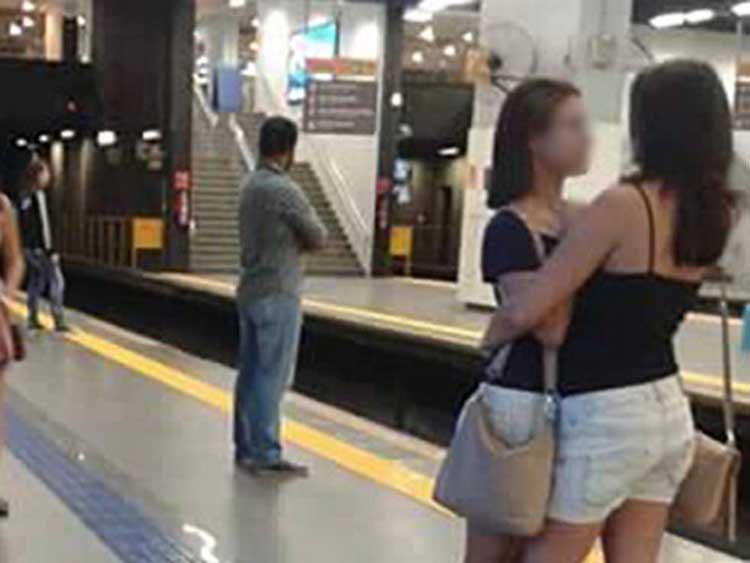 chicas en el metro-04