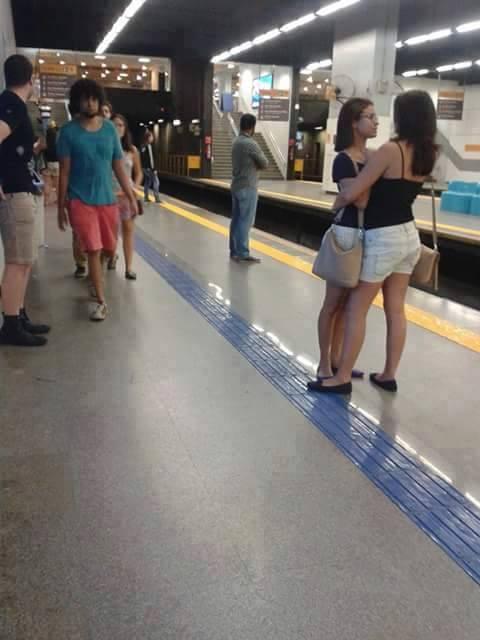chicas en el metro-06