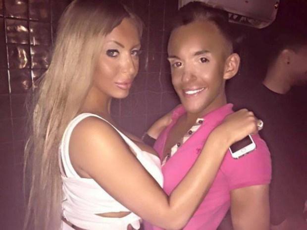 Pareja gasta 300 mil dólares para ser como Barbie y Ken