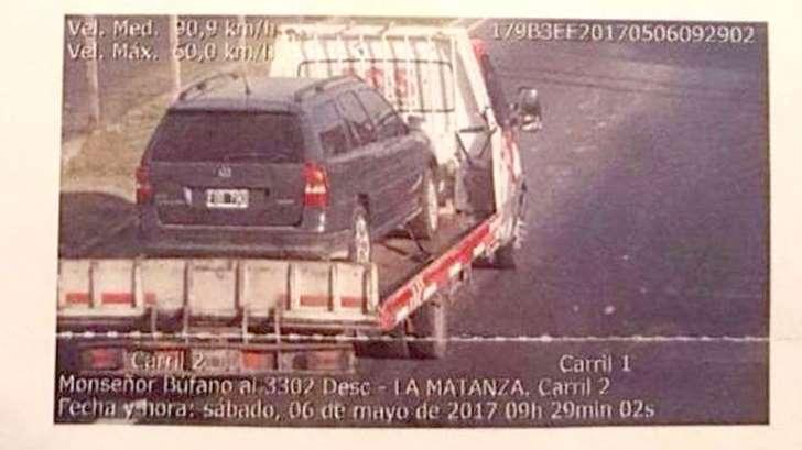 Multan por exceso de velocidad a un auto remolcado por una grúa