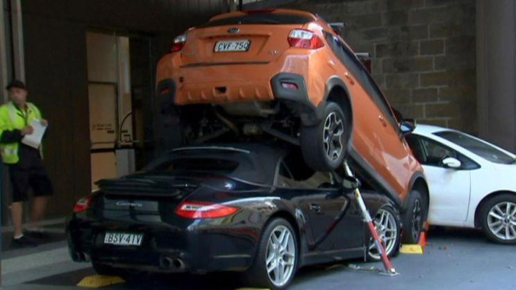 Valet Parking estaciona un Porsche debajo de una camioneta 4×4