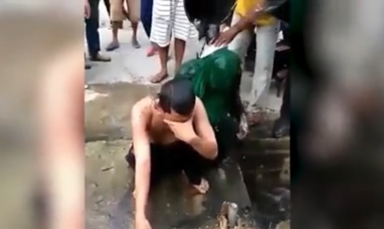 lo-bañan-con-agua-servida
