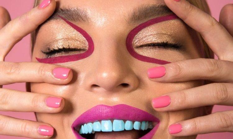 Esmalte de color para pintar tus dientes
