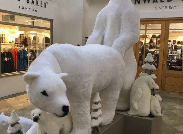Exhibición navideña de osos polares subida de tono