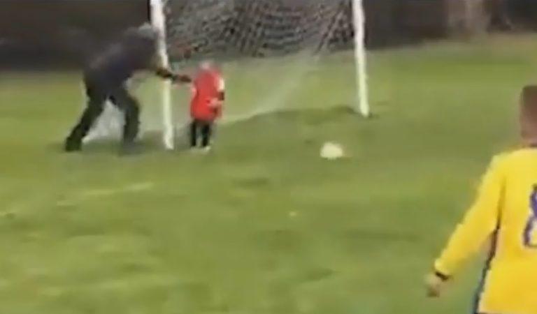 Padre empuja a su hijo para evitar un gol en partido de fútbol