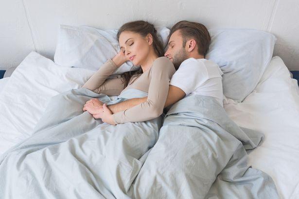 Los hombres esperan demasiado tiempo para cambiar sus sabanas después de tener relaciones intimas