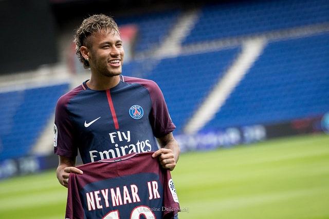 Neymar aprovecha su lesión para irse de Carnaval