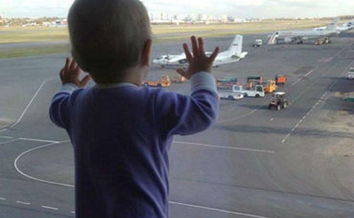 Avión regresar a aeropuerto porque una madre olvida al bebe en sala de embarque