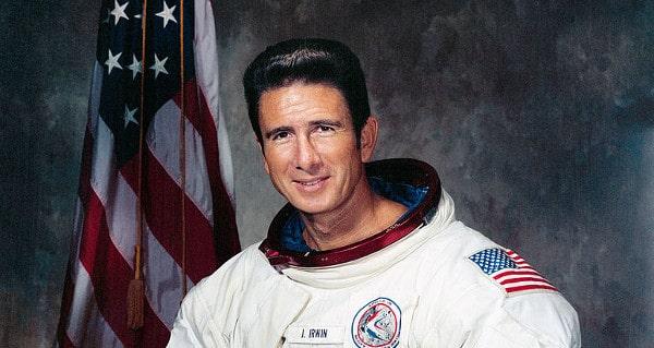 La esposa del astronauta del Apolo 15 afirma que su marido fue violado en la luna