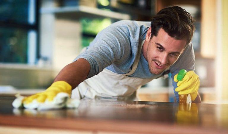 Esposo recibe por recompensa de tareas hogareñas, cerveza y regalitos intimos