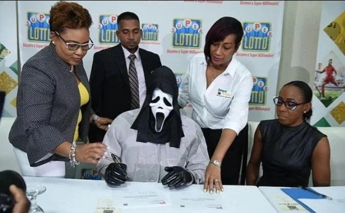 Gano la lotería y fue a retirar el premio disfrazado para que no se enteren sus familiares