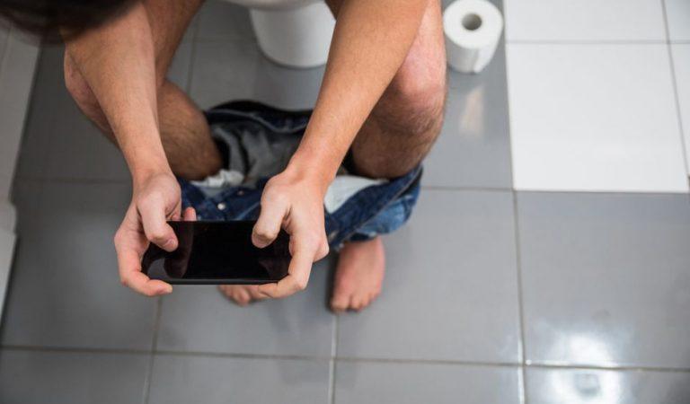 Usar el teléfono en el baño puede causar hemorroides