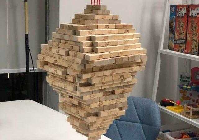 Apila 518 bloques de Jenga sobre uno vertical y bate el récord