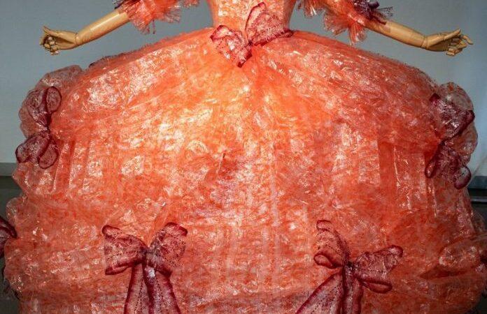 Confeccionó un vestido con envoltorios de galletitas